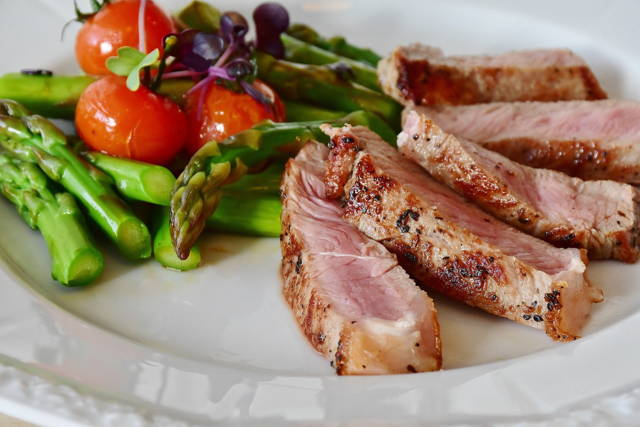 steak with asparagus, tomatoes