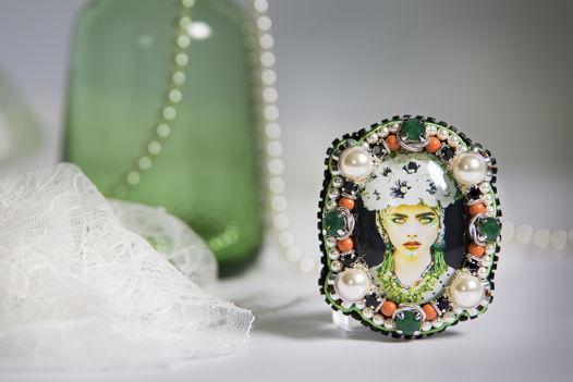 """Брошь """"Этно 1"""" (брошь,девушка,цветы,зеленый,белый)"""