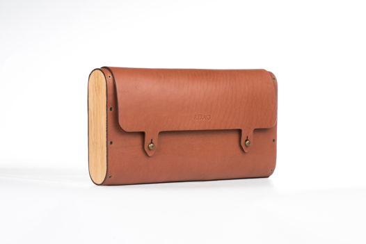 Коричневая сумка-клатч с съемным ремнем.