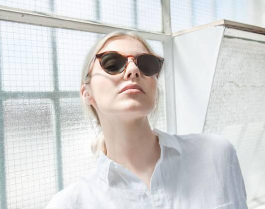 a blonde woman wears a sunglass