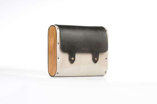 Бежевая лаковая сумка с серным клапаном.