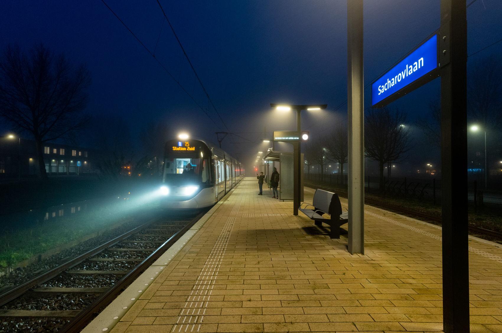 Woensdag 9 december, de eerste dag dat reizigers lijn 25 konden nemen. Een mistige en koude boel was het, maar een beetje fan is erbij!