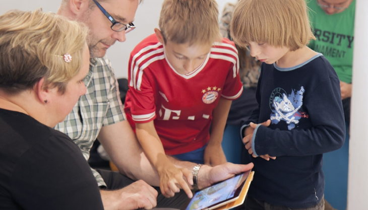 gameshouse kinder mit tablet