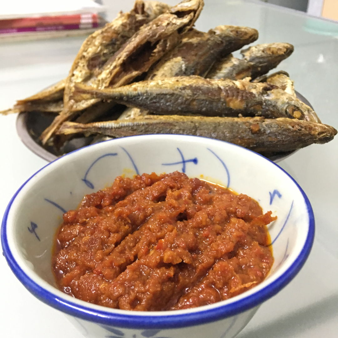 Nov 9th, 2019 - spicy version of chilli paste with many many fried fish. O la la !  Save a lot of work for seeds and membranes clearing. Need to get limau, limau, limau...
