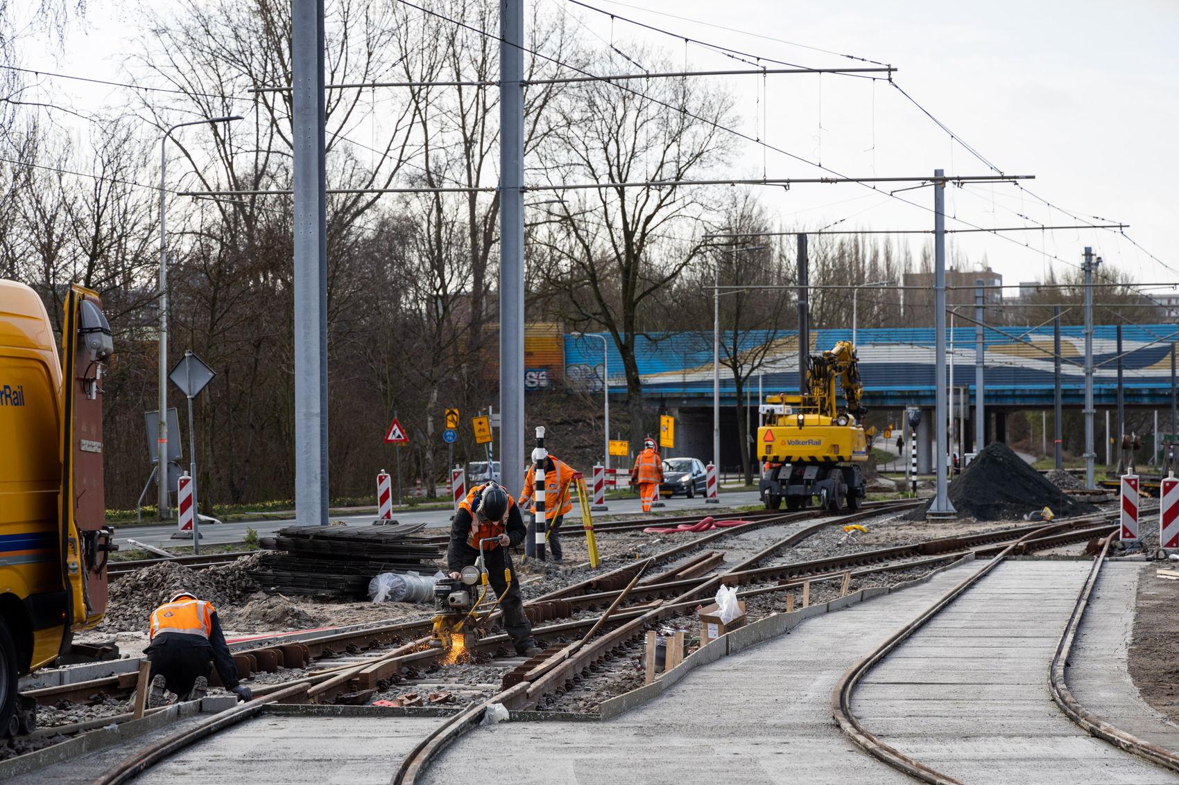 De aansluiting van de nieuwe boog op het huidige spoor richting Ouderkerkerlaan op maandag 17 februari.