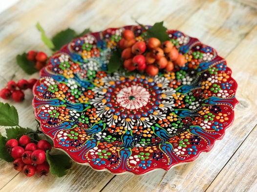 Красное керамическое блюдо