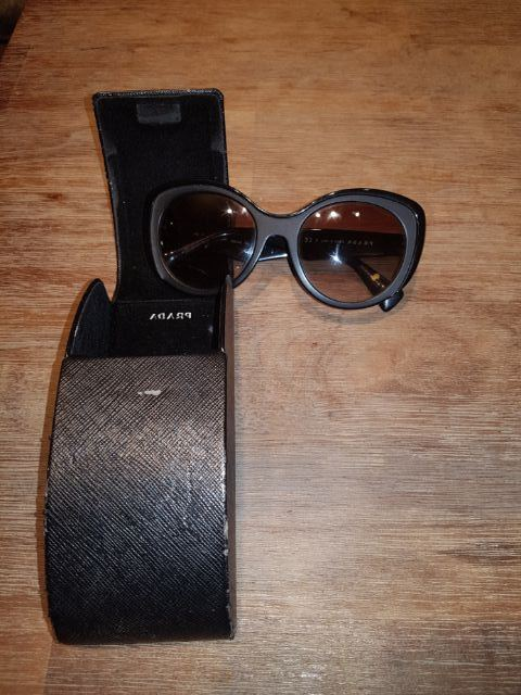 RENTERS BAY: Prada sunglasses (Black)