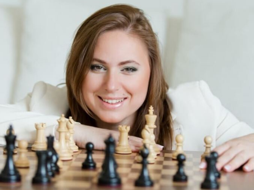 women-in-chess -curtainsnmore
