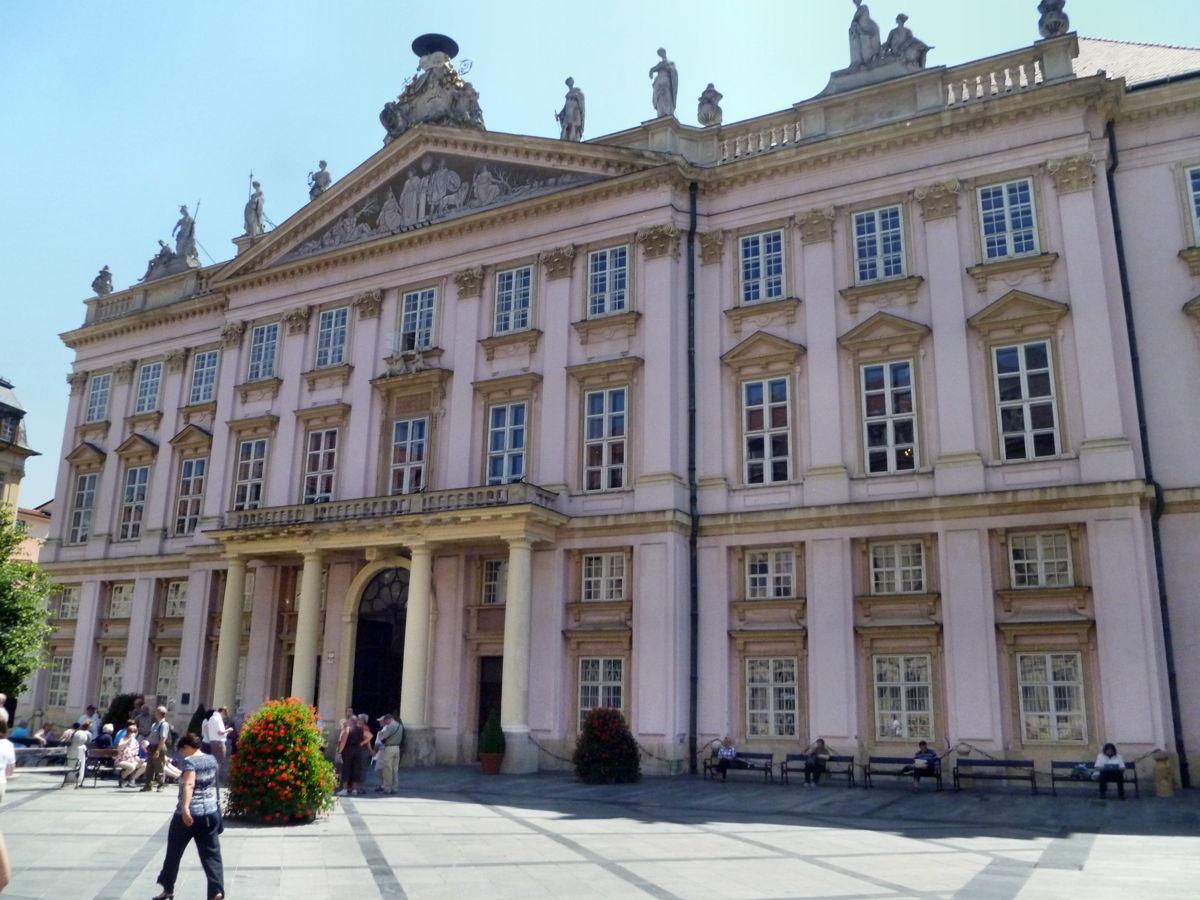 Примациальный дворец братислава развитие образование в западной европе в 19 веке