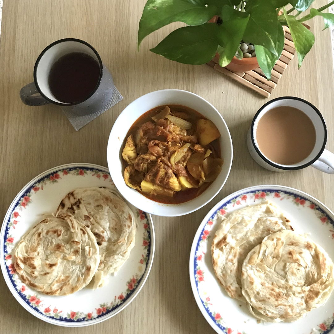 Malaysian Curry Chicken, Roti Canai, Black coffee and Teh Tarik for lunch. Delicious! 😁