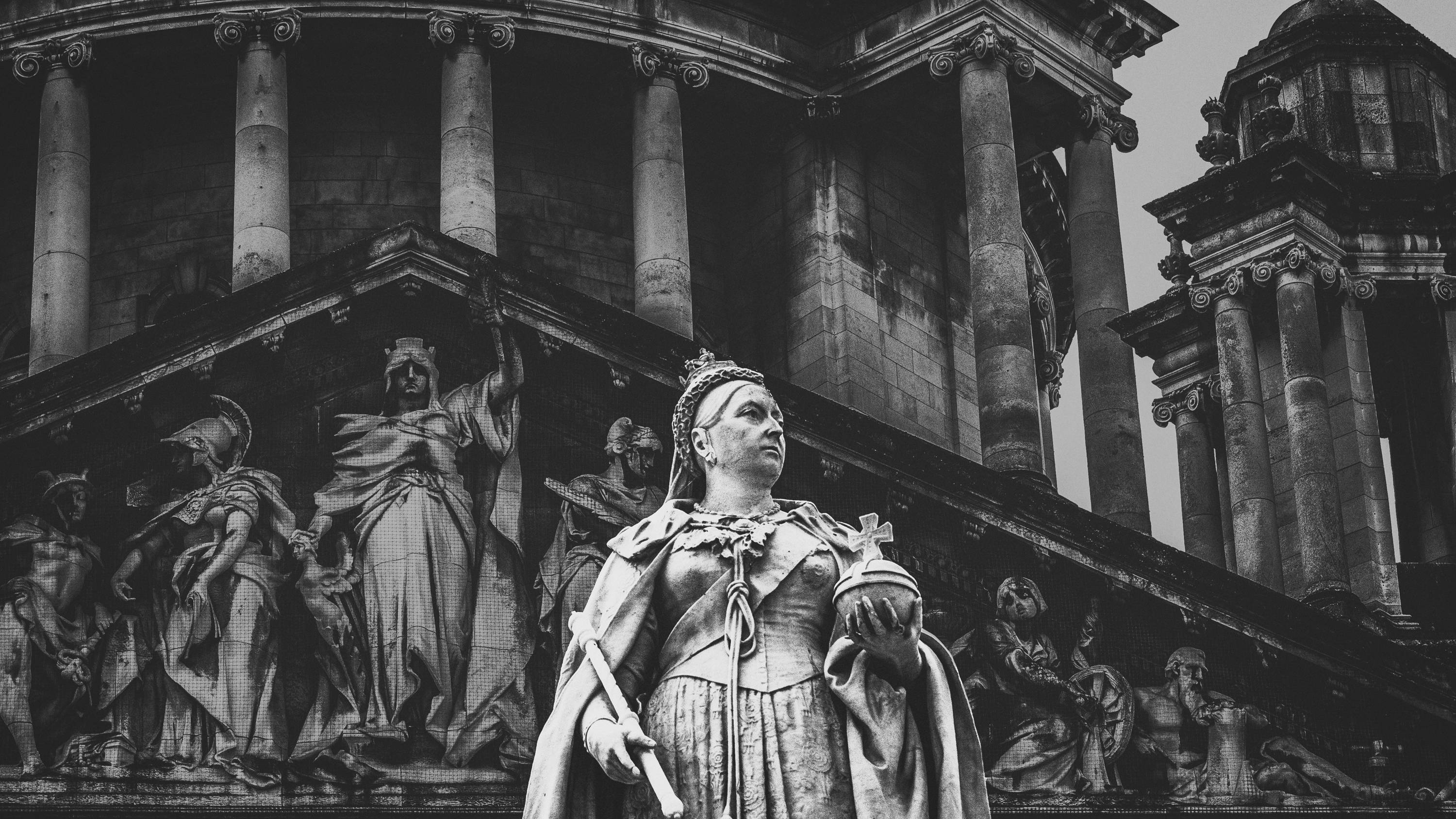 Queen Victoria statue black and white photo | Lily Gardner London