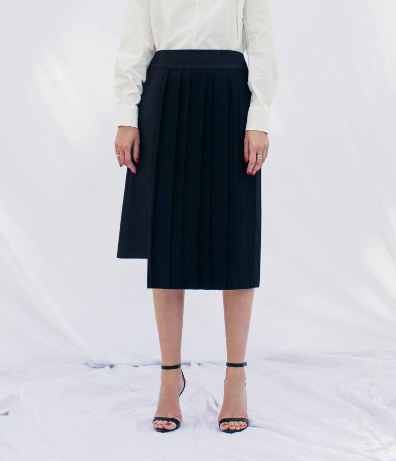 Чёрная юбка с плиссированной вставкой