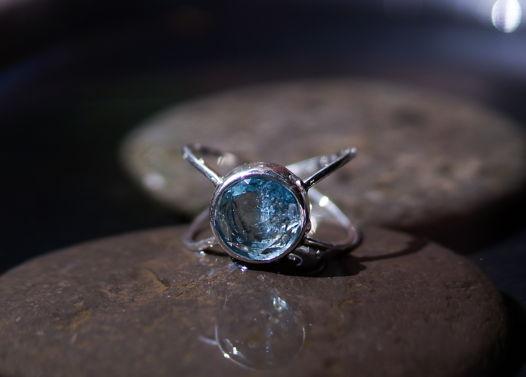 Серебряное кольцо Бесконечность с крупным ярким аквамарином, размер 18