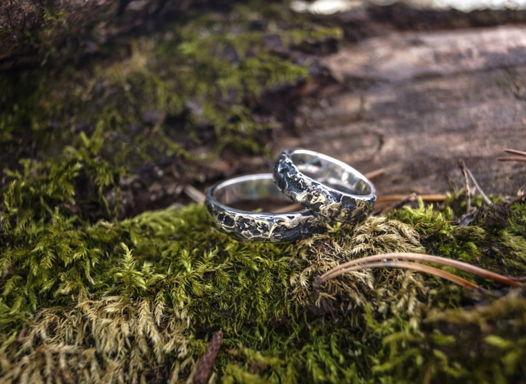 Серебряные обручальные кольца с поверхностью «Метеорит» (чернёные)