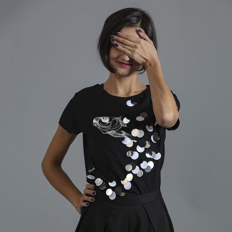 Черная футболка с авторским принтом, вручную расшитая пайетками