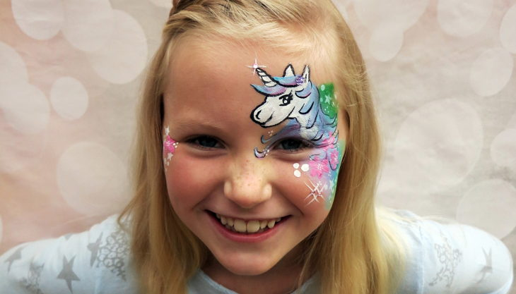 feier bunter kreativ events einhorn face paint unicorn emily mit logo