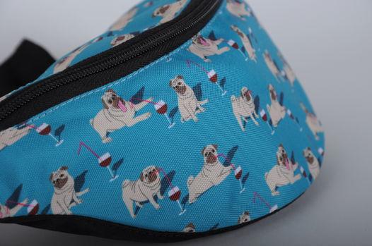 Бирюзовая сумка на пояс с мопсами под градусом