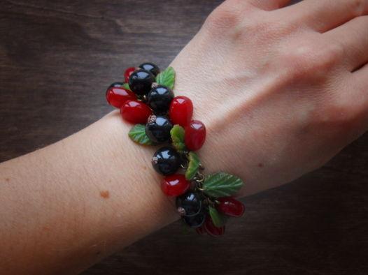 Браслет с ягодами черной смородины и гранатом