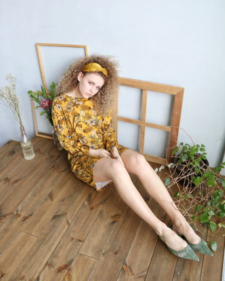 Свободное мини-платье с цветами в цвете горчица