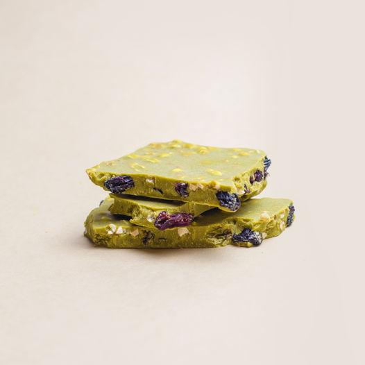 Матча-шоколад с изюмом, воздушной полбой и арахисом