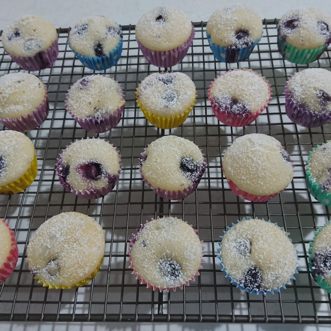 Date: 6 Jan 2020 (Mon) 22nd Snack: Blueberry Muffins [174] [137.3%] [Score: 7.8] I had always wanted to make cupcakes/muffins. I thought the fastest way to learn to make them is to buy a Prinetti Cupcake Making Kit. In the Kit there's a booklet showing 7 recipes to make cupcakes/muffins. This is the sixth of the seven.  1.Number of mini muffin made: 42 2.Topping: Dusted with icing sugar
