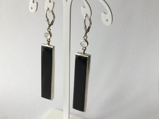 Серьги с длинные черным ониксом и лунным камнем
