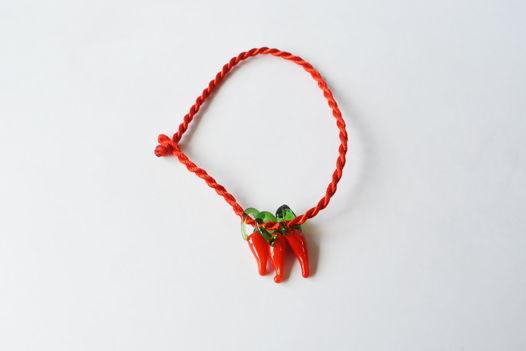 Браслет красная шелковая нить с мини-шармами перчики чили в стиле лэмпворк