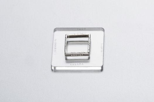 Квадратное кольцо с надписью на латыни