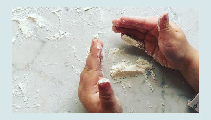 bellas backstube mehl und kinderhände