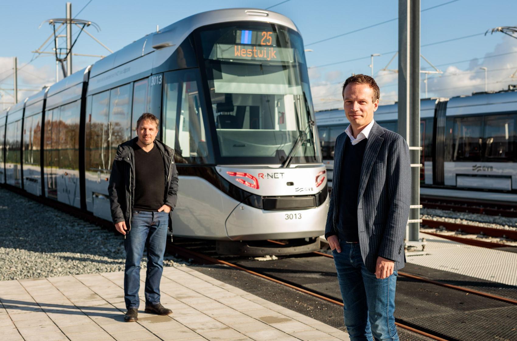 Rechts op de foto implementatiemanager Ronald van der Meer en links testmanager Folco Verlinden van GVB.