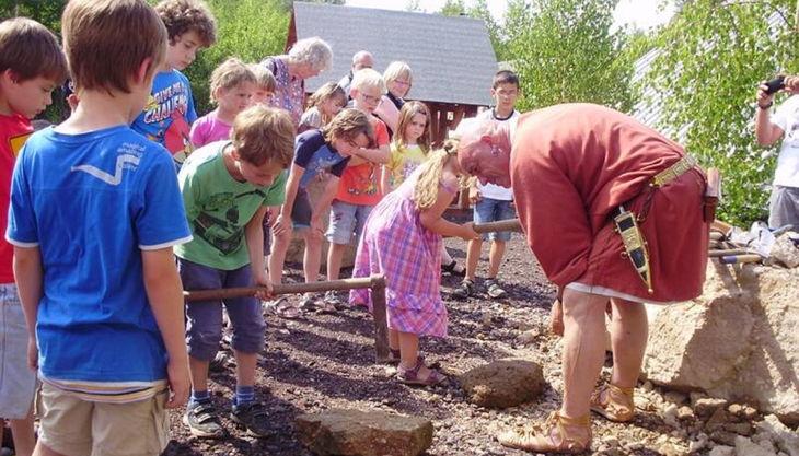 römerbergwerk kinder spalten steine