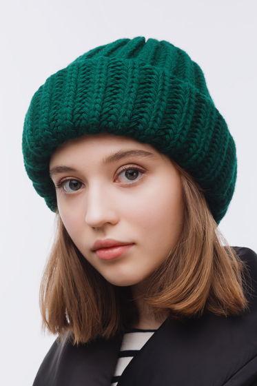 Вязаная шапка-зефирка изумрудного цвета