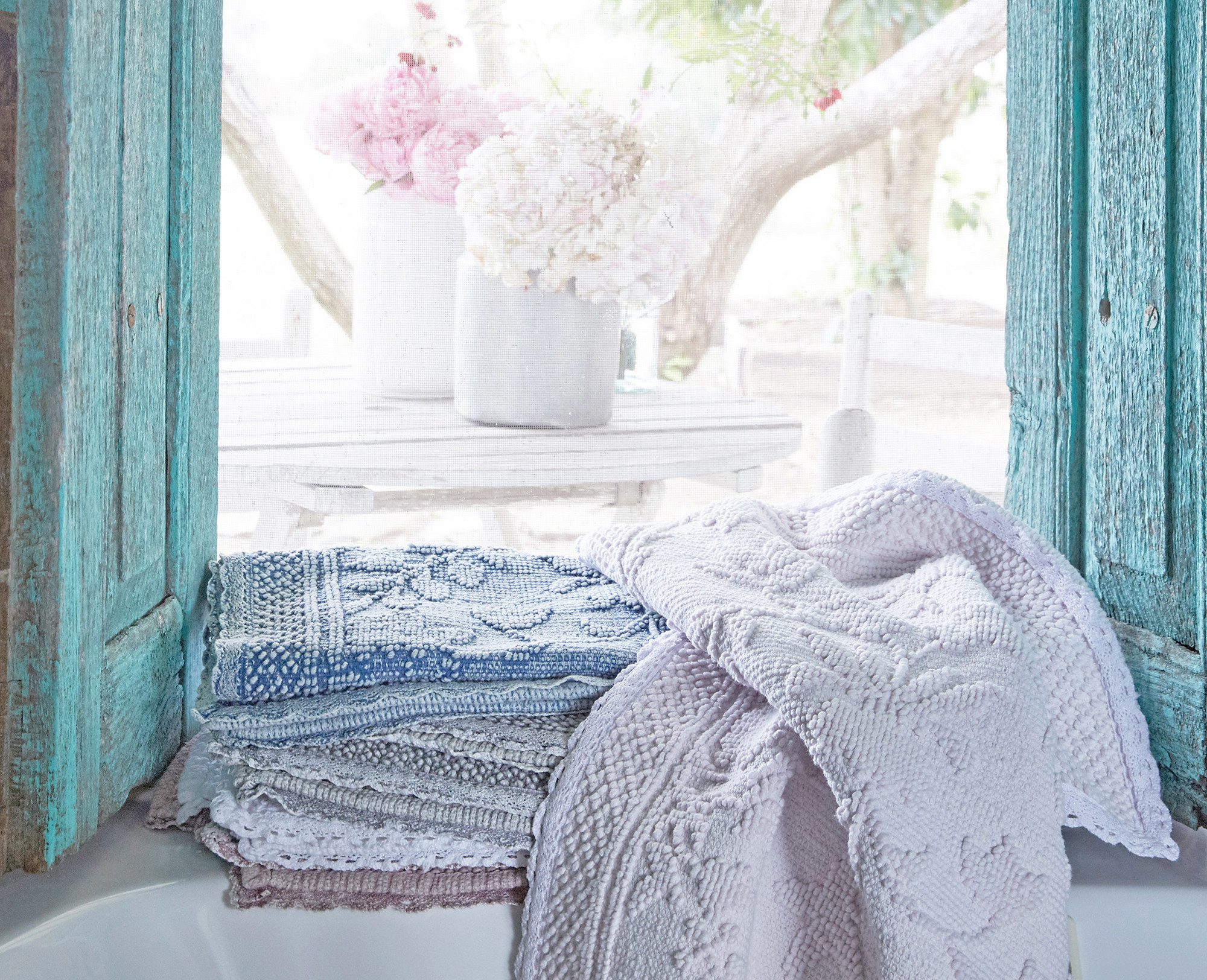 Shabby Chic Decor finds await you in this inspiring lineup of interior design inspiration. #shabbychic #interiordesignideas #decoratingideas #rachelashwell #turquoise #pastels