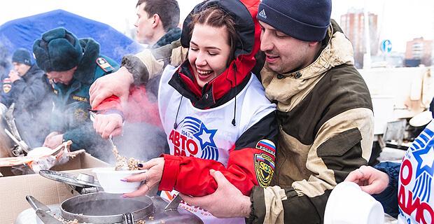 Патриотический фестиваль «Полевая кухня Авторадио 2019» в Ростове-на-Дону собрал несколько тысяч гостей - Новости радио OnAir.ru