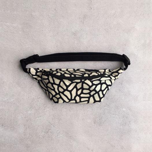 Поясная сумка с узором черного жирафа