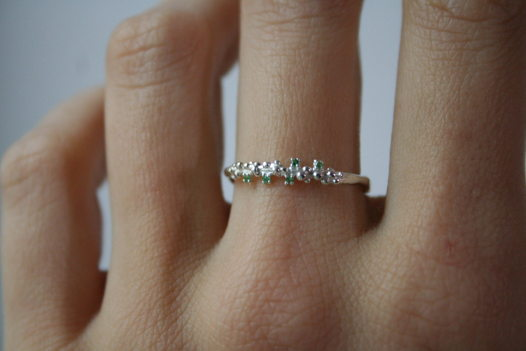 Тонкое кольцо из серебра с пятью камушками