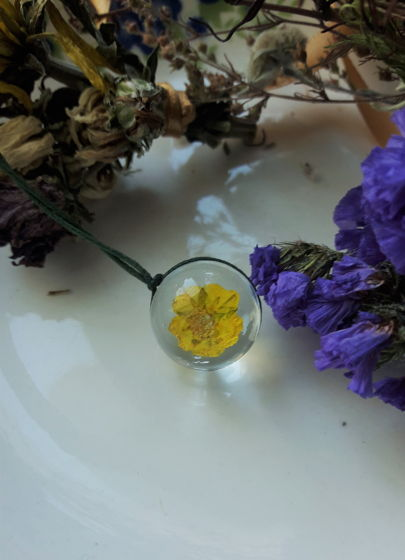 Украшение ручной работы из стекла и цветов
