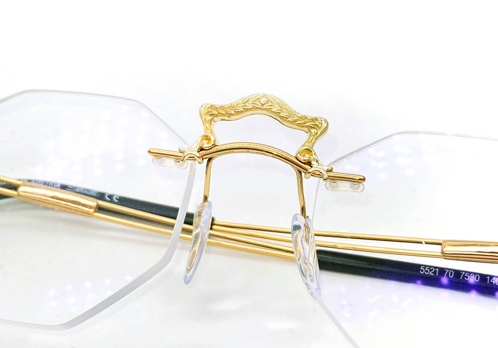 Decorative yellow gold center piece for glasses