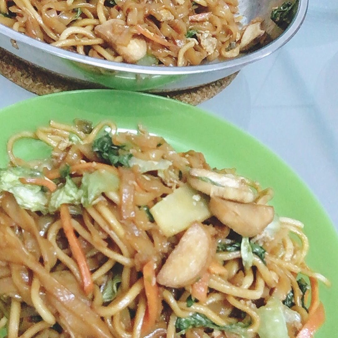 Fried vegetables keow teow with yellow noodle.