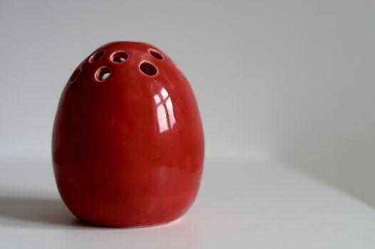 Необычная вазочка-яйцо красного цвета