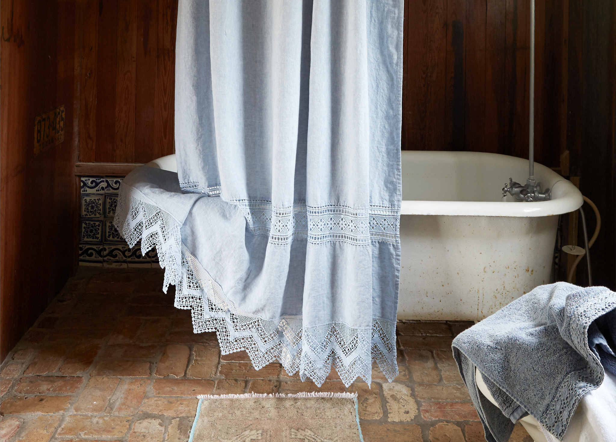 Shabby Chic Decor finds await you in this inspiring lineup of interior design inspiration. #shabbychic #interiordesignideas #decoratingideas #rachelashwell #bathroomdecor #clawfoottub #vintagestyle