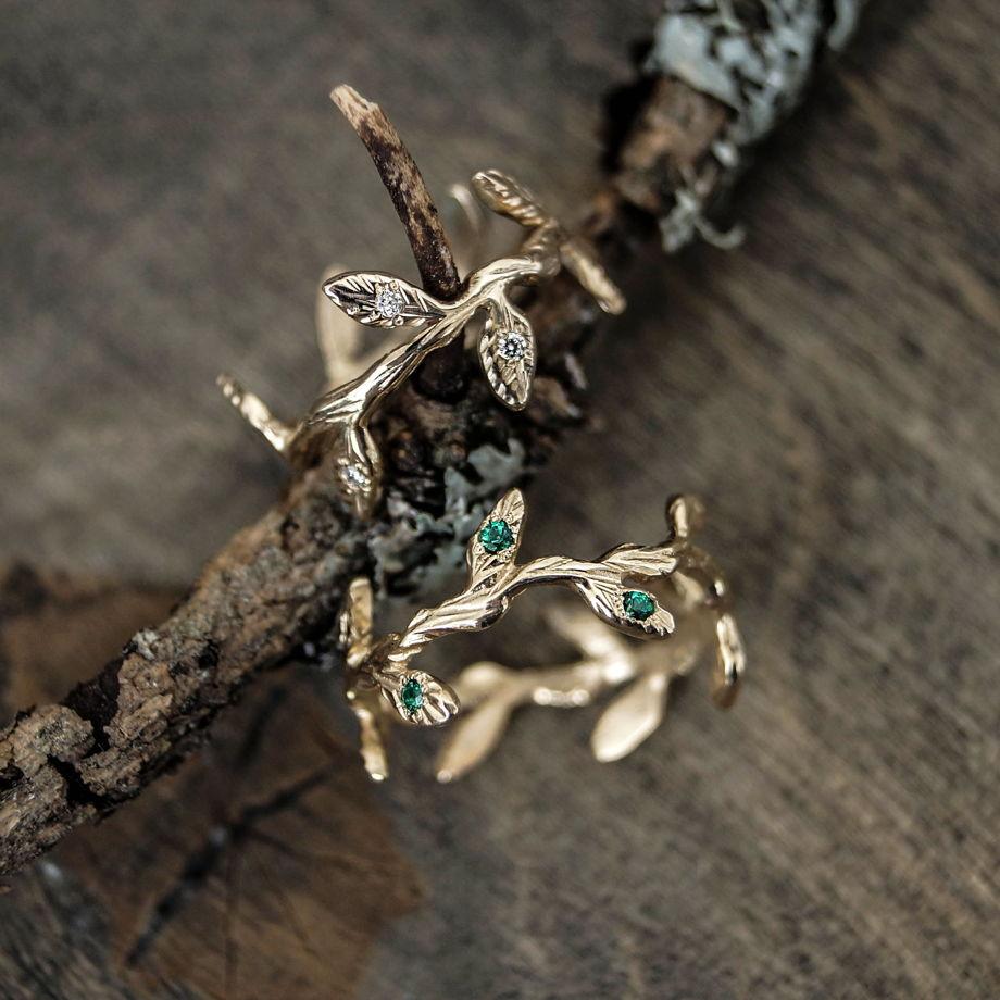 Золотые кольца Веточки с бриллиантами и гидротермальными изумрудами