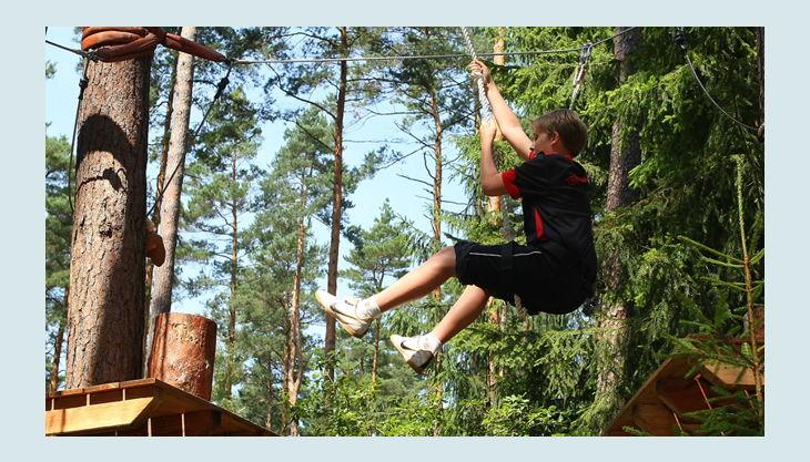 bester geburtstagde kletterwald weiherhof kind springt seil baum