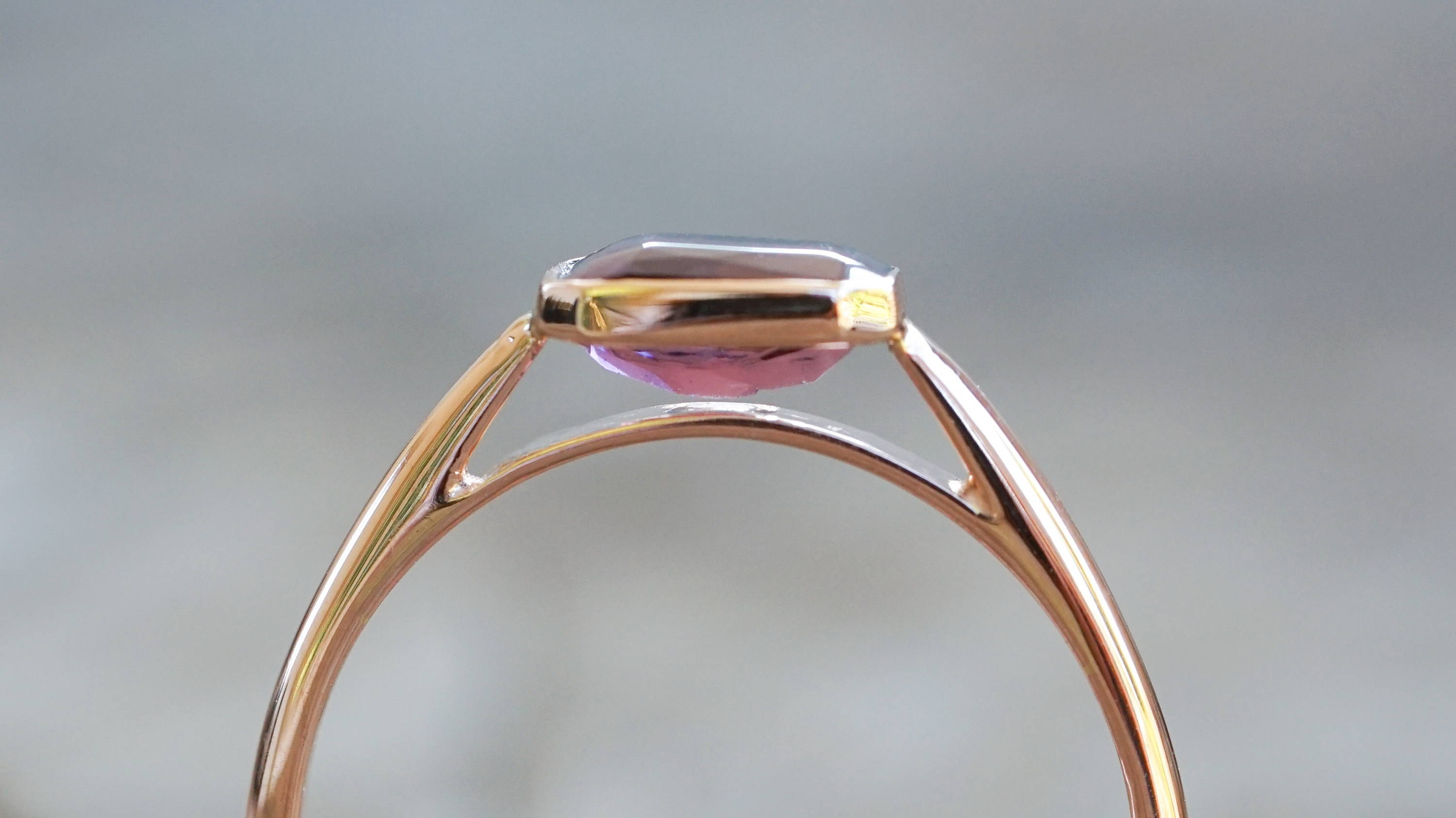 Berry spinel ring in eco gold