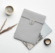 Чехол для MacBook серого цвета с пуговицами хаки