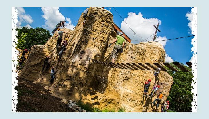 climb up kletterwelten kletterfels mit hängebrücke