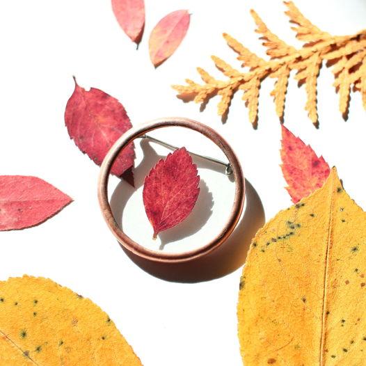 Круглая брошь с осенним листом