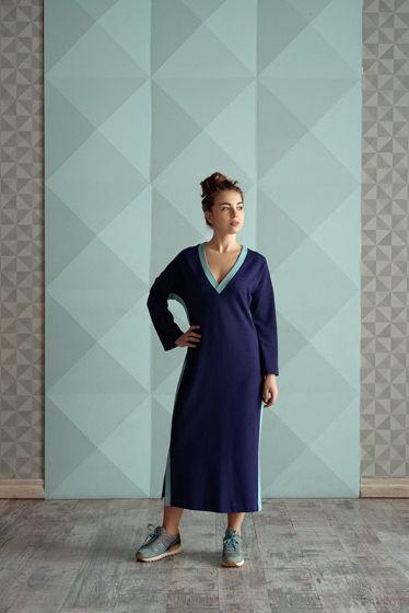 Платье с контрастными лампасами all4escape с глубоким вырезом на груди