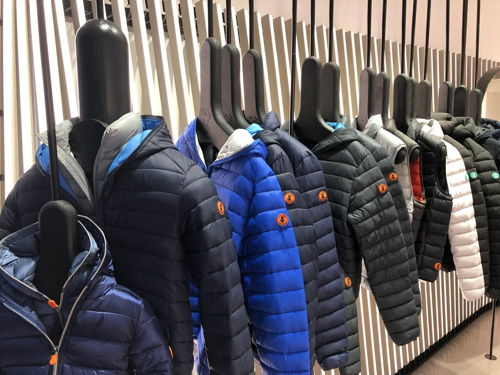 dc2bfb31c2259 Apre il primo flagship store Save the Duck a Milano