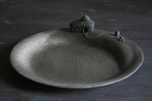 Тарелка сервировочная керамическая с домиком.